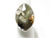 LARGE STERLING SILVER RING HAVING A MARBLEIZED LUCITE DESIGN